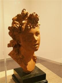 バラの髪飾りの少女