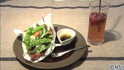 黒酢香るカリカリポークの彩りサラダ・ガーリックのりバターソース、 サングリアみたいなジンジャーエールを添えて