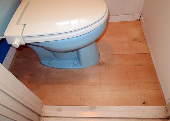 トイレ床板嵌め込み