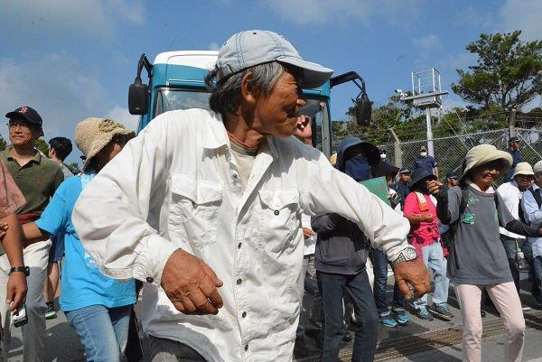 20160819建設資材の搬入を阻止し踊り出す地元住民。写真中央は辺野古のチャップリンこと小橋川共行氏