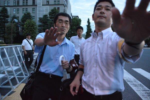 20160822「撮影はできません」。東京地裁の執行官は田中をカメラごと小突いて、現場から押し出そうとした。=21日午前4時57分、経産省前 撮影:筆者=
