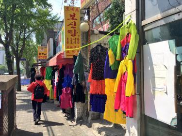 色とりどりのアジュモニの服も季節を感じるアイテムw