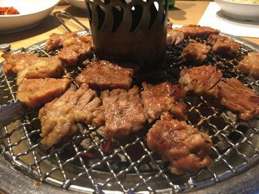 肉を食べながらも・・
