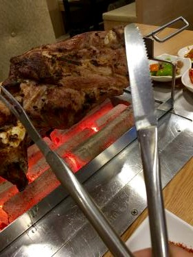 肉を削ぐナイフとフォーク。大きさが違うw