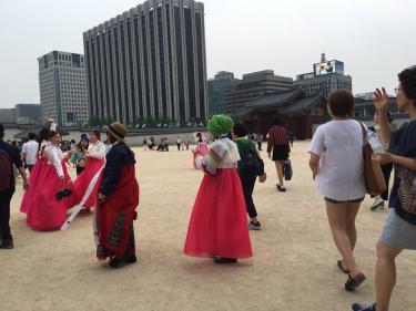 ターバンを巻いた方も韓服で。