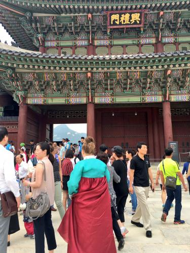 外国人の方の韓服姿も多く見られました^^
