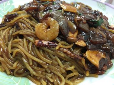こちらは調理済の鉄板ジャジャン麺。