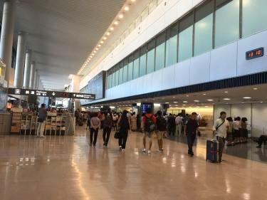 初の成田空港。到着