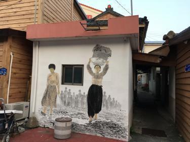 アバイ村で見かけた壁画。