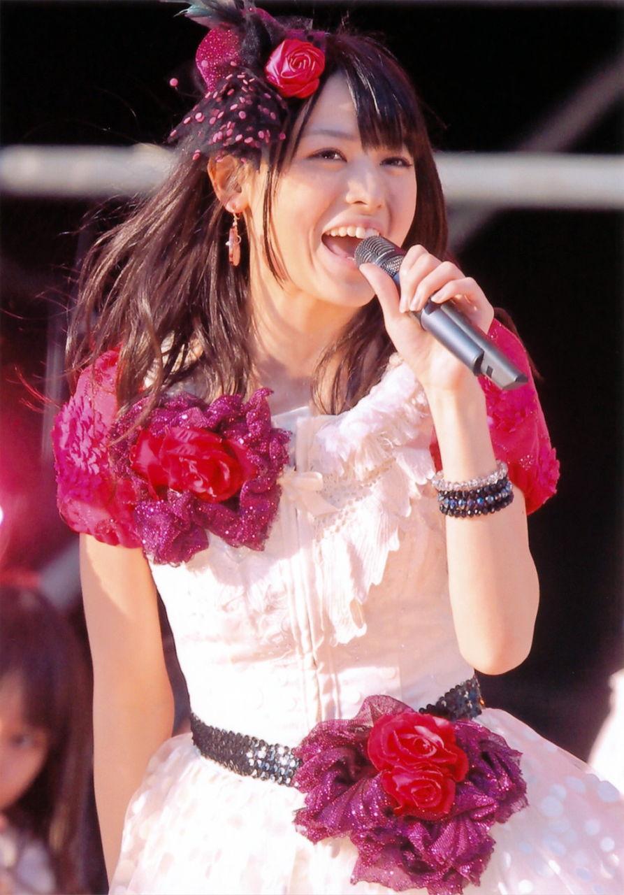 1 赤い薔薇の髪飾り 赤い薔薇のコサージュ付き裾がPINK大半は白のシースルー地に白の水玉のワンピ 矢島舞美 ステージ マイクを持つ 3
