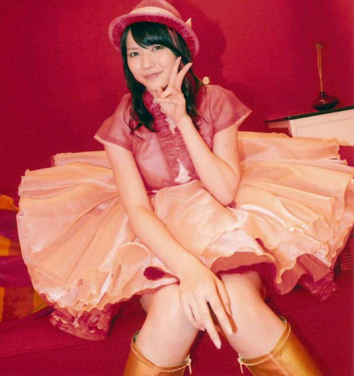 赤のお帽子 赤のボレロ パステルPINKの 矢島舞美 Vサイン