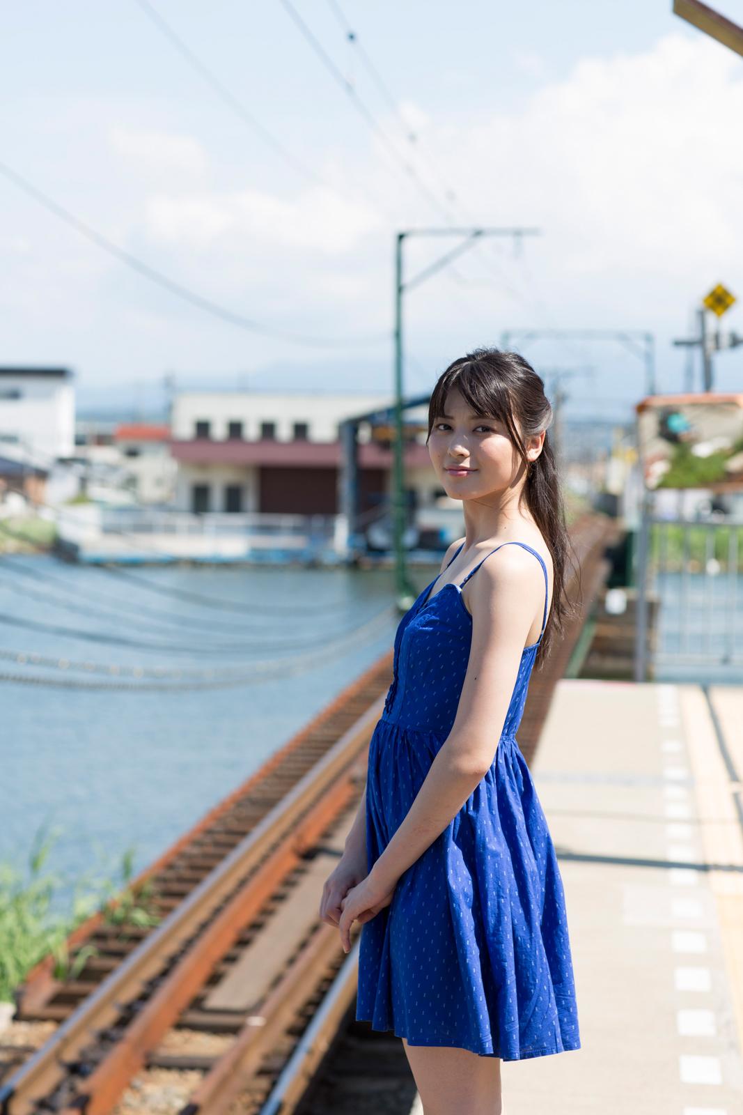 ローカル線 駅 紺のベアトップワンピ 矢島舞美 1