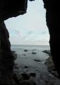 洞窟から見る海