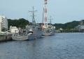停泊する自衛艦