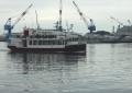 軍港めぐりのクルーズ船(うしろはガントリークレーン)