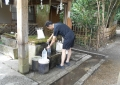 水を汲む人①