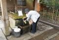 水を汲む人②