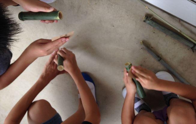 切り出した竹を削る_R