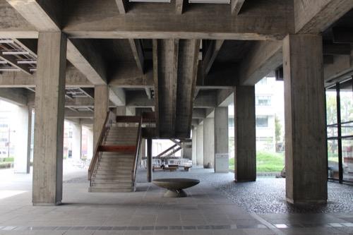 0021:香川県庁舎 東館ピロティ③