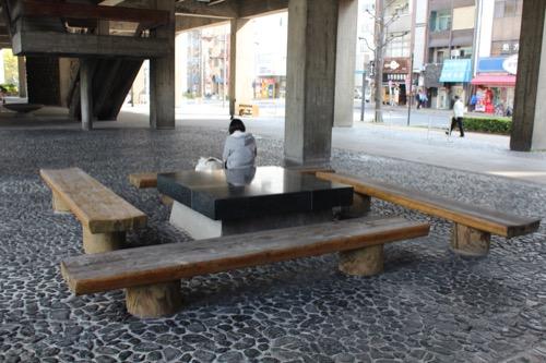 0021:香川県庁舎 東館ピロティに整備されたベンチ