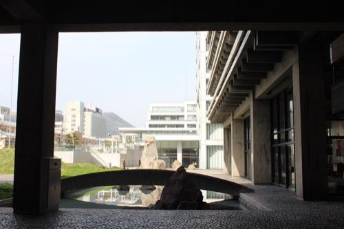 0021:香川県庁舎 ピロティから南庭を見る
