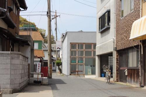 0070:宮浦ギャラリー六区 路地からギャラリーをみる
