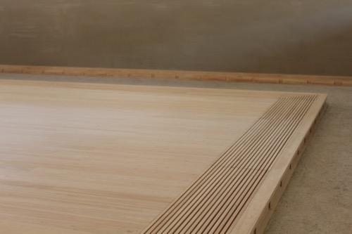 0083:直島ホール 外部からの空気を取り込む床格子