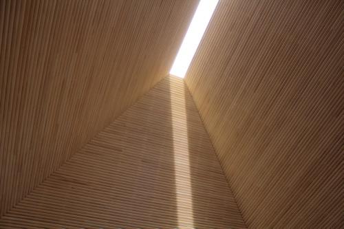 0083:直島ホール 集会所棟内に差し込む光