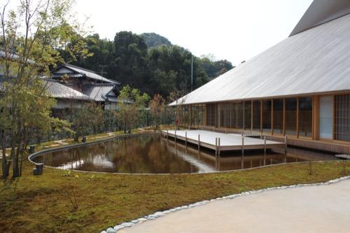 0083:直島ホール 池と苔のある南側の庭