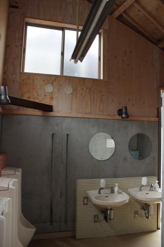 0084:沙弥島・西ノ浜の家 男子トイレ内部