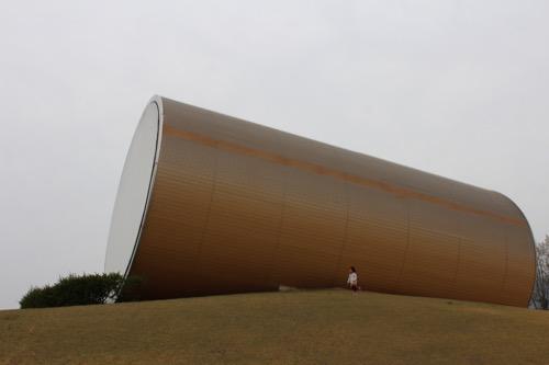 0087:奈義町現代美術館 丘の上の置かれた円筒のボリューム