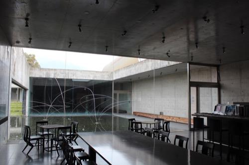 0087:奈義町現代美術館 受付横のカフェと中庭