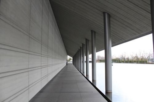 0098:佐川美術館 玄関までの廊下