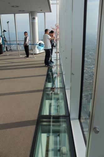 0100:あべのハルカス 一部がガラス張りとなった床