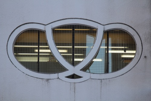 0102:きんえいアポロビル 松模様のデザイン