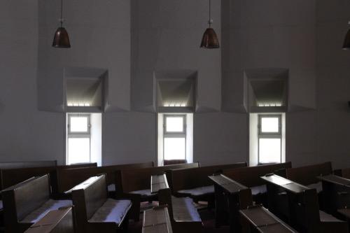 0103:日本基督教団南大阪教会 礼拝堂横の窓デザイン①