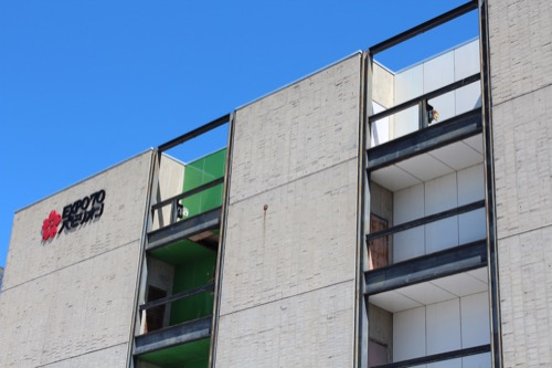 0107:EXPO'70パビリオン 緑・白・橙に塗られた壁