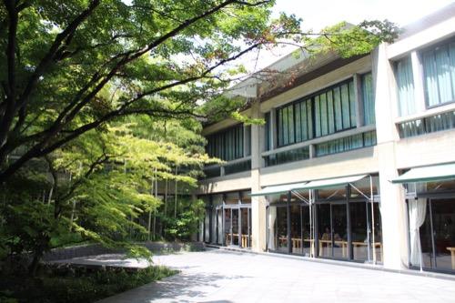 0111:奈良県文化会館 エントランスから見た中庭