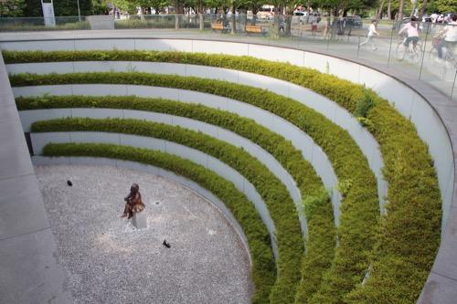 0118:京都府立図書館 半円形に掘削されたサンクン