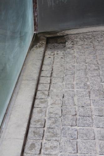0123:京都府立陶板名画の庭 タイル2枚分だけ下がった床