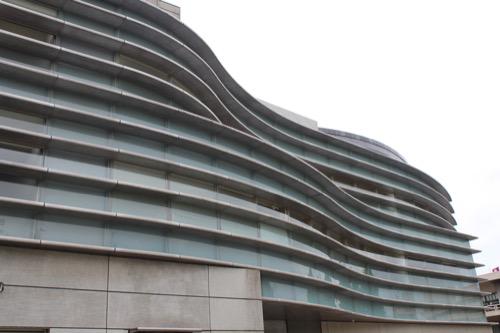 0125:京都コンサートホール 流線型のガラスファサード