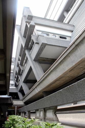 0126:国立京都国際会館 本館東玄関から隙間を見る