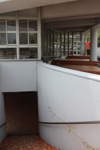 0127:直島幼児学園 ピロティへ降りる階段