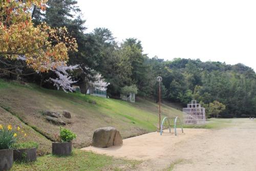 0128:直島小学校 裏山を利用した裏庭
