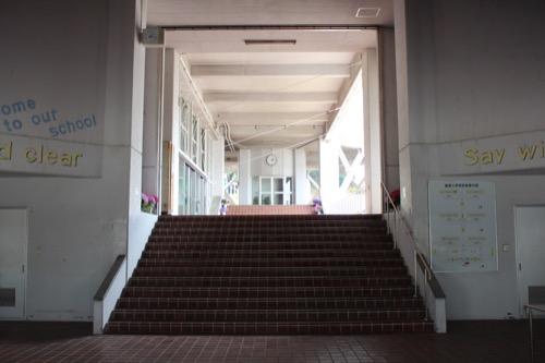 0128:直島小学校 玄関より奥を見る