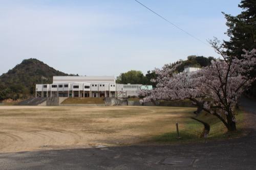 0129:直島中学校 校庭から武道館をみる