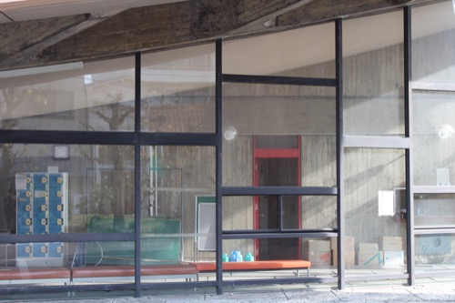 0131:香川県立体育館 東側外観脇の窓デザイン