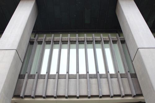 0134:百十四銀行本店 玄関真上の縦ルーバー