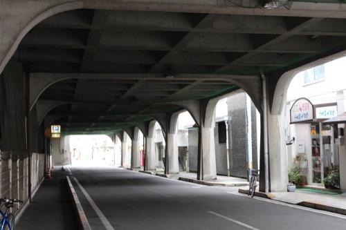 0135:坂出人工土地 地盤の真下に通る東道路