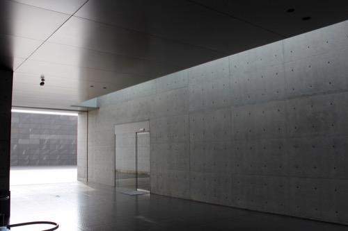 0137:丸亀市猪熊弦一郎現代美術館 プラザ手前の光景